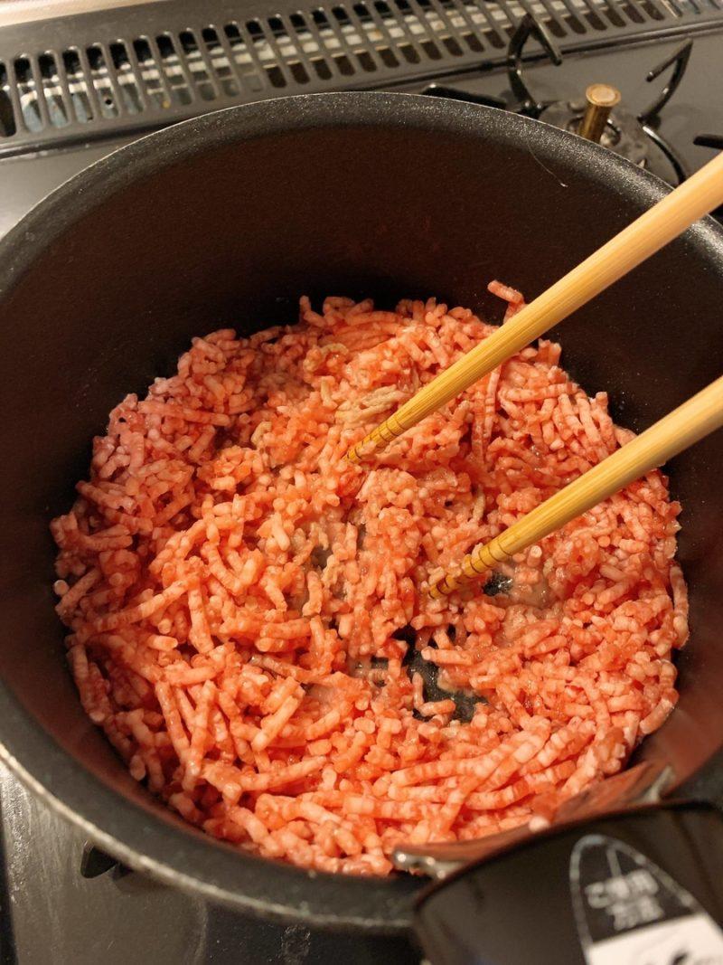 豚ひき肉を小鍋で炒める