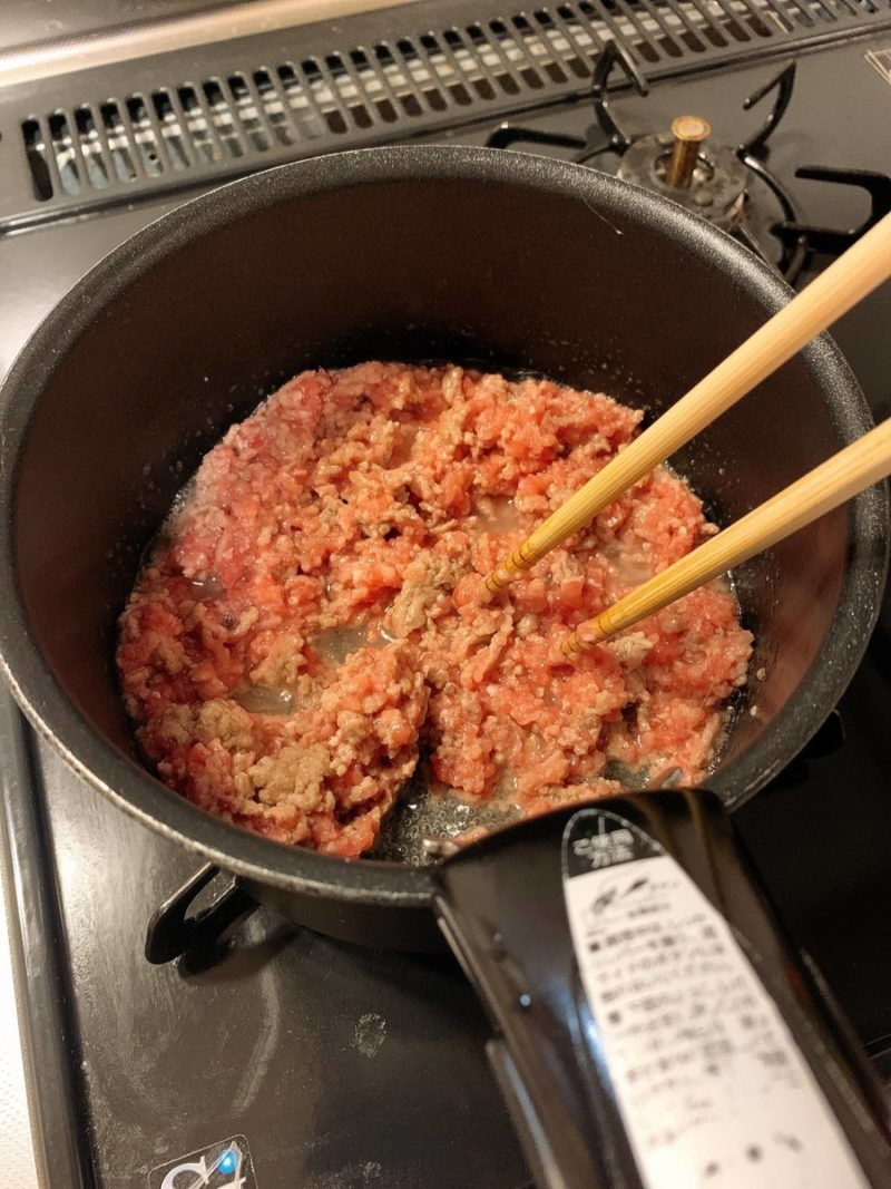豚ひき肉を混ぜながら細かくする