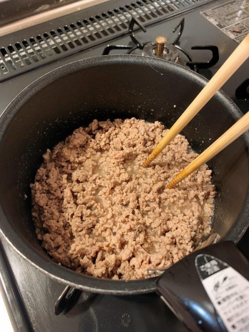 豚ひき肉を灰色になるまで炒める