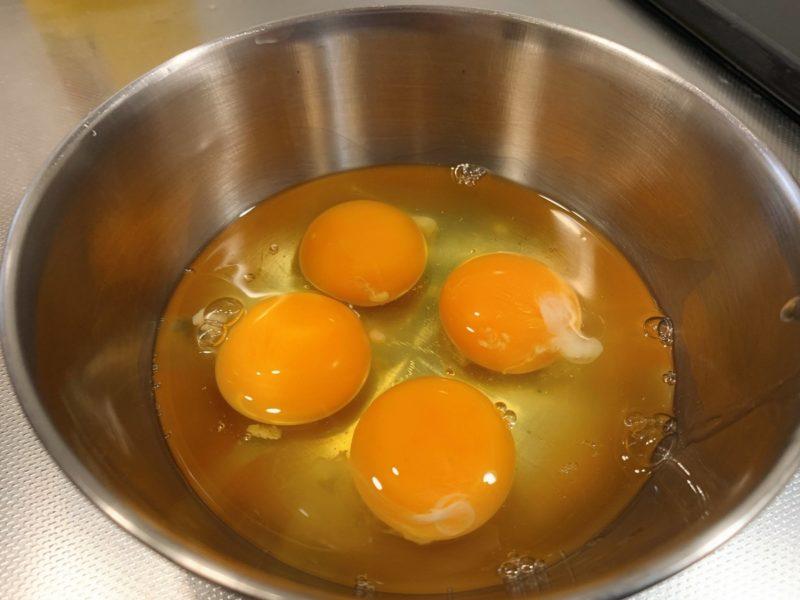 卵4個を割ってボールに入れる