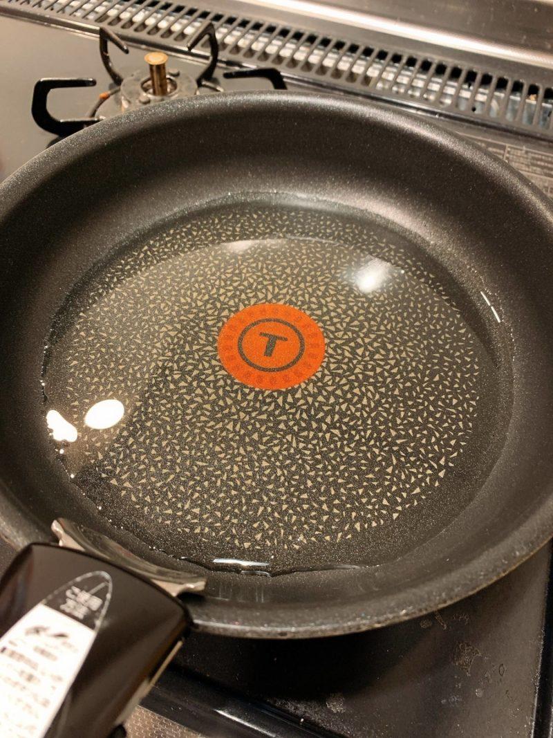 フライパンで油を熱する