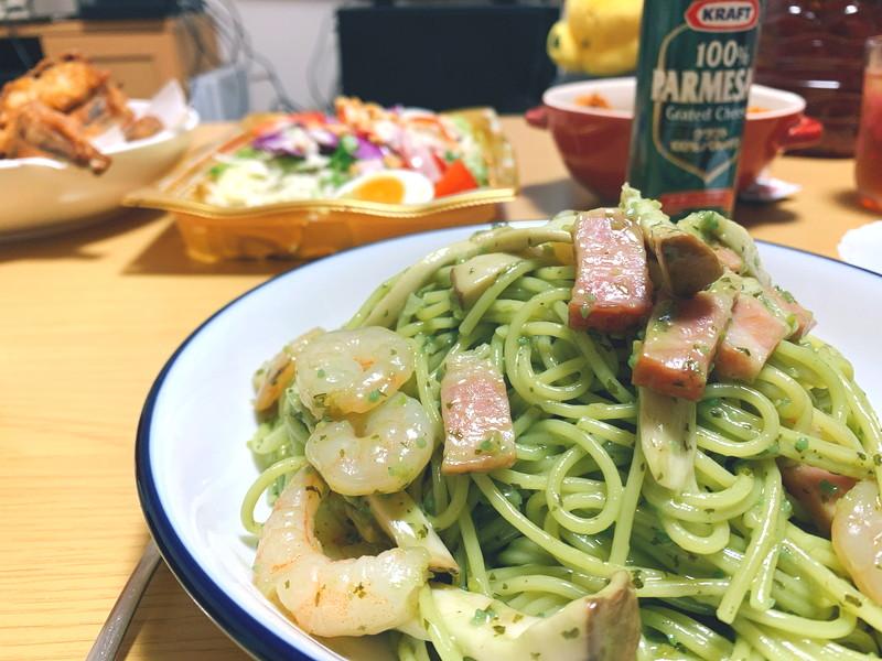 【予約でいっぱいの店ソース】バジルの香りがたちこめるジェノベーゼパスタのレシピ!家で作れば、エビもキノコも入れ放題だ!