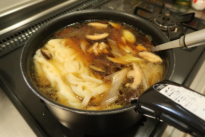 冷凍うどんを鍋に投入