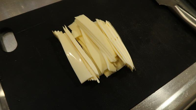スイライスチーズを短冊状に切る