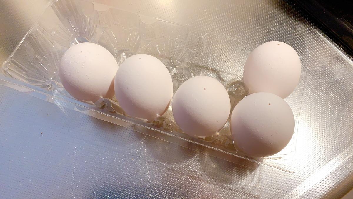 画鋲で穴をあけた卵