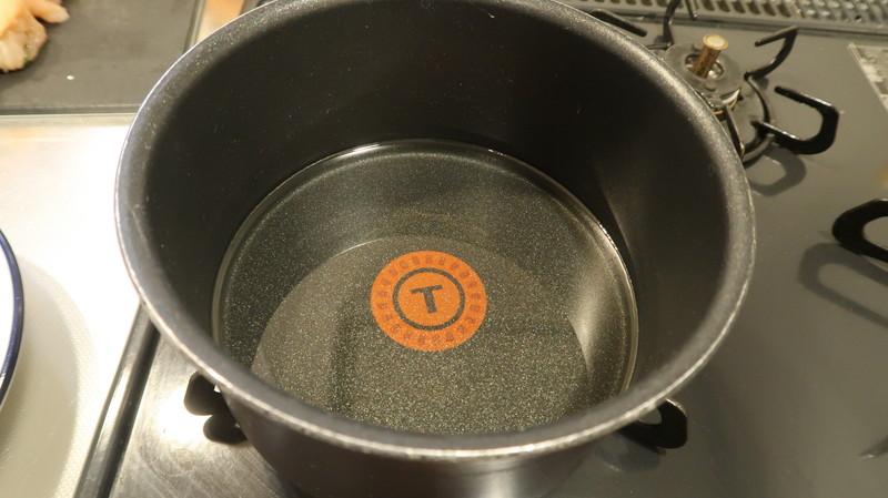 サラダ油の入った小鍋
