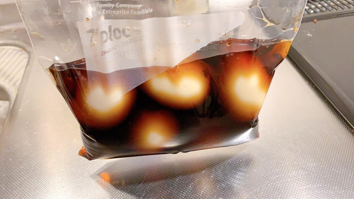 ゆで卵を煮玉子のタレにつける